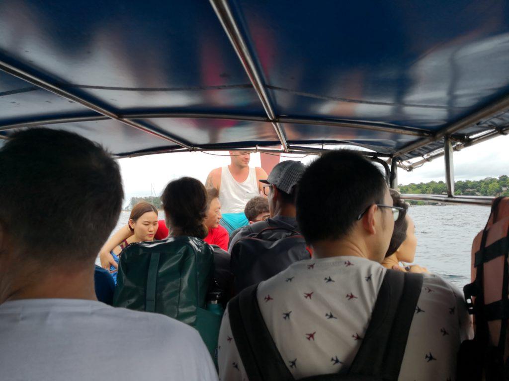 リペ島到着時 小舟で移動中の様子
